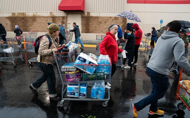 洛杉矶附近民众从超市采购了不少物品。