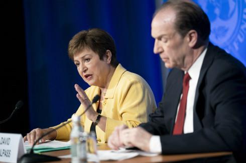 3月4日,在美国首都华盛顿,国际货币基金布局(IMF)总裁格奥尔基耶娃(左)在与世界银走走长马尔帕斯说相符举走的消息发布会上说话。