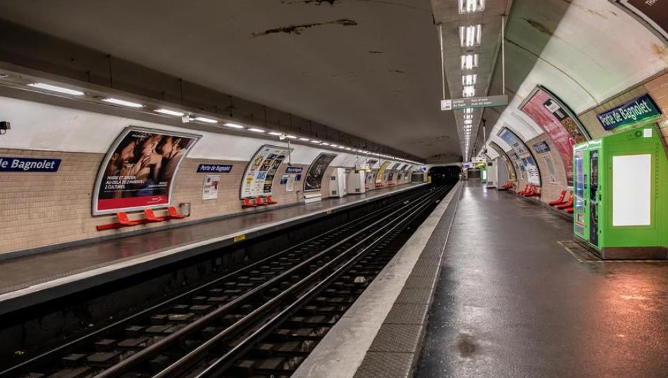 3月19日,在法国巴黎,地铁月台空无一人。 法国卫生总署署长萨洛蒙19日说,法国累计新冠肺炎确诊病例升至10995例。 新华社