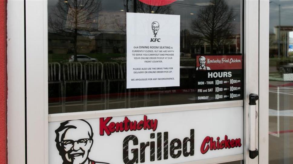 3月19日,位于美国得克萨斯州布兰诺市一家肯德基快餐厅已停止堂食服务。当日,美国得克萨斯州州长宣布全州学校、体育馆等设施关闭,商店和餐馆仅提供有限的服务。新华社