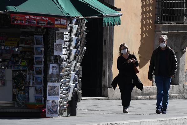 意大利街头戴口罩的路人。新华社资料图