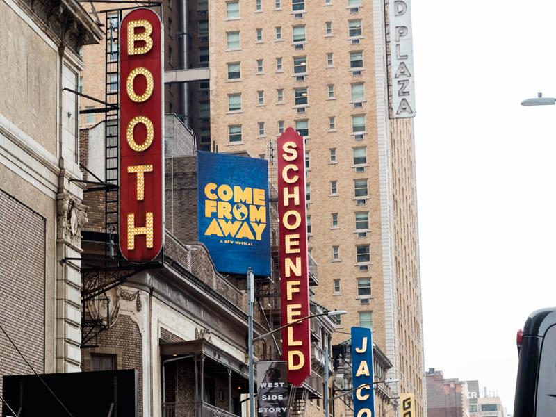 近期在百老汇41家剧院上演的31部话剧、音乐剧演出都将停顿。据《好莱坞报道》预测,其票房损失将超过1亿美元。