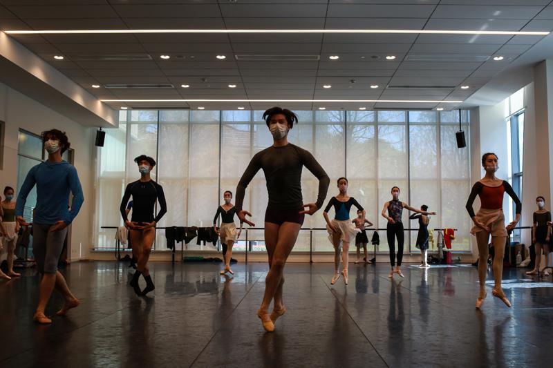 舞蹈艺术的特殊性决定了演员们需要始终保持身体力量和技术水平,训练课是他们的每日必修。  摄影记者/张健