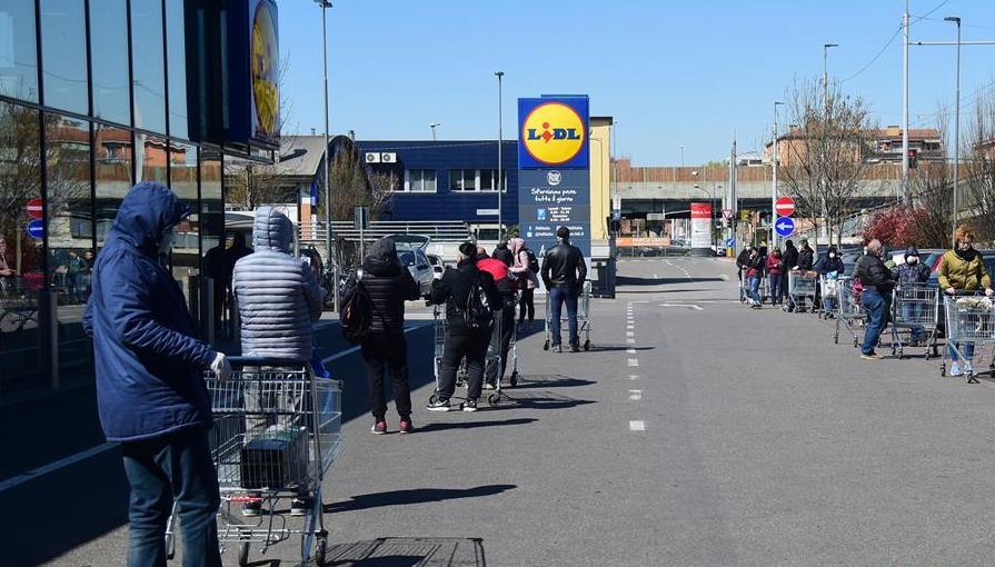 3月23日,在意大利博洛尼亚,人们排队进入超市。新华社