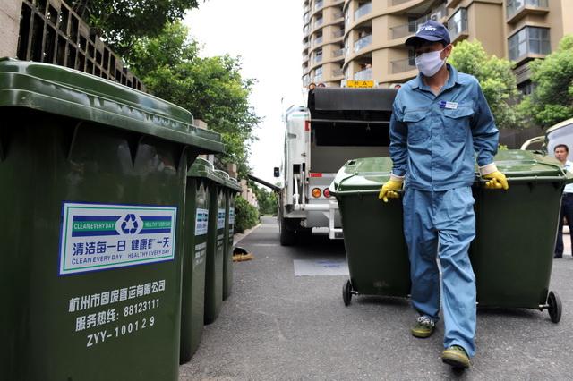 生活垃圾处理行业的前端包括垃圾的收集、分类和运输,一般由市政环卫部门负责。摄影/章轲