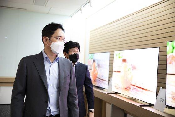 本月19日,三星电子副会长李在镕访问三星显示屏公司,并在查看QD-OLED的研发情况。