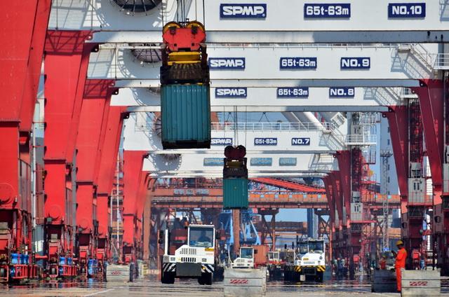 保持港口开放,保障货物顺利流通,对于经济恢复至关重要。摄影/章轲