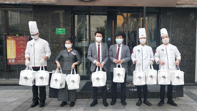 在做好防疫的同时,捞王集团也展开了自救活动,比如携手阿里口碑,开展本地生活餐饮共抗疫情放心厨房项目