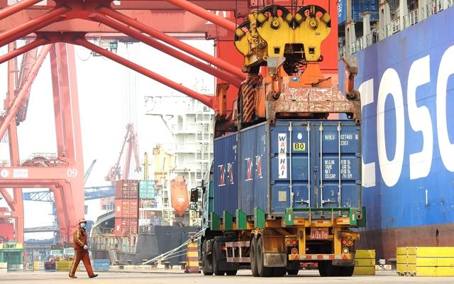 4月14日,一批外贸集装箱在江苏连云港港集装箱码头卸船。新华社发