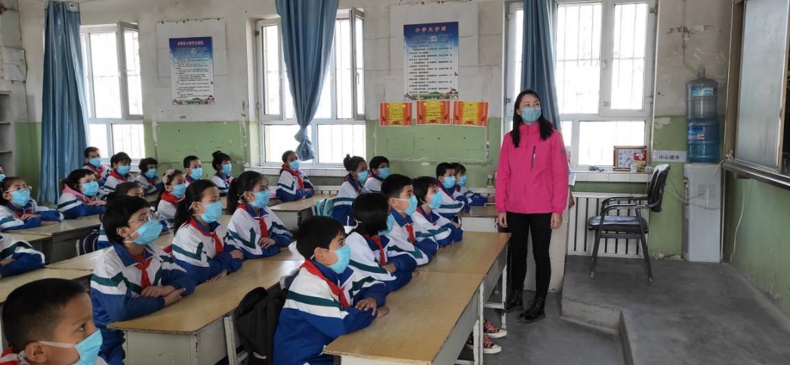▲麦盖提县师生均需佩戴口罩上课,口罩需求量巨大。