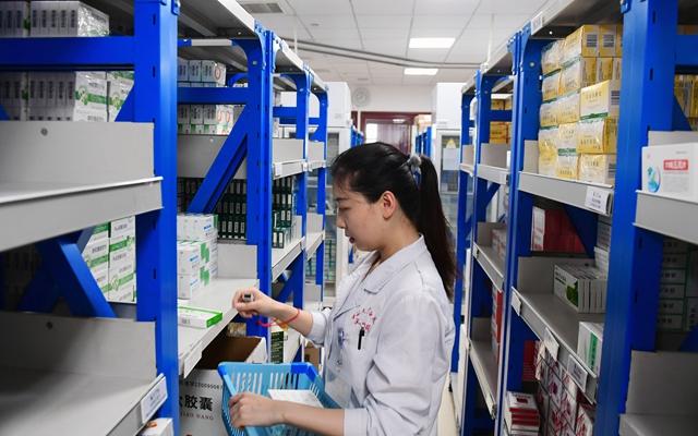 吉林大学白求恩第一医院医生在药房给患者取药(2018年11月1日摄)。新华社发