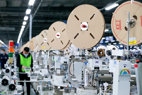 3月30日,在山东青岛市的青岛京信电子有限公司,工人在生产出口到韩国的汽车线束产品。新华社发