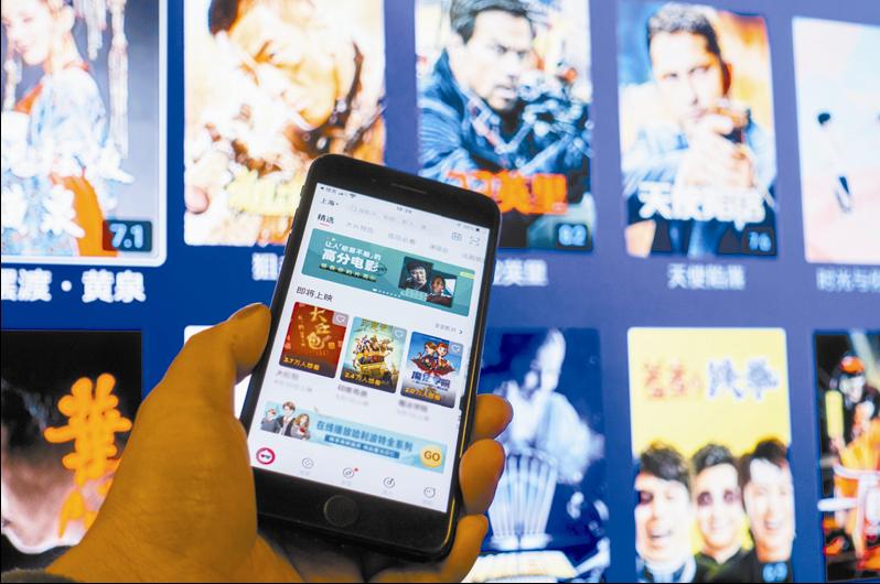 《囧妈》之后,腾讯视频、喜欢奇艺等视频平台纷纷尝试线上超前点映。   摄影记者/吴军