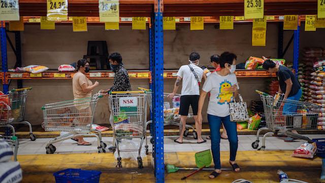 马来西亚吉隆坡一家超市,盛放大米的货架被基本搬空。
