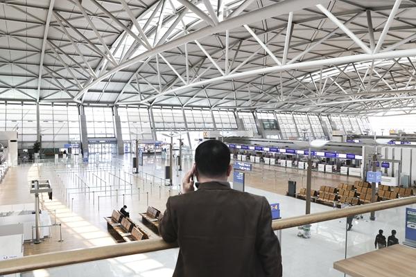 3月30日,在韩国仁川国际机场,候机楼里旅客稀少。新华社