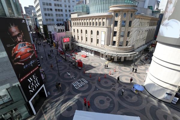 3月29日,在韩国首尔,明洞的街上冷冷清清。新华社发