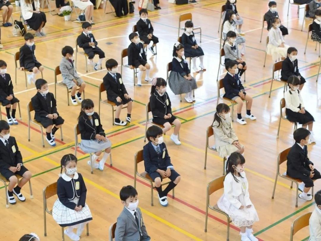 △ 在横滨一所学校的入学典礼上,学生之间保持一定的距离,并都戴上了口罩。图片来源 | 法新社