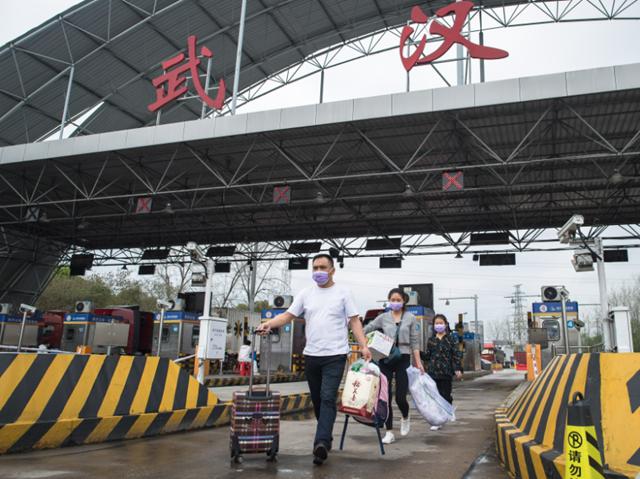 """3月26日,人员经过湖北健康码""""绿码""""等信息验证后返回武汉。新华社图。"""
