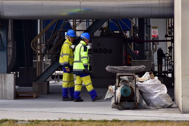 目前应大力鼓励危险废物资源化利用。图为工人们正在检查危废处理设施运行状况。摄影/章轲