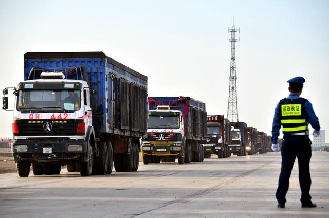 公路货运的总体恢复,对全国复工复产有偏重要意义。摄影/章轲