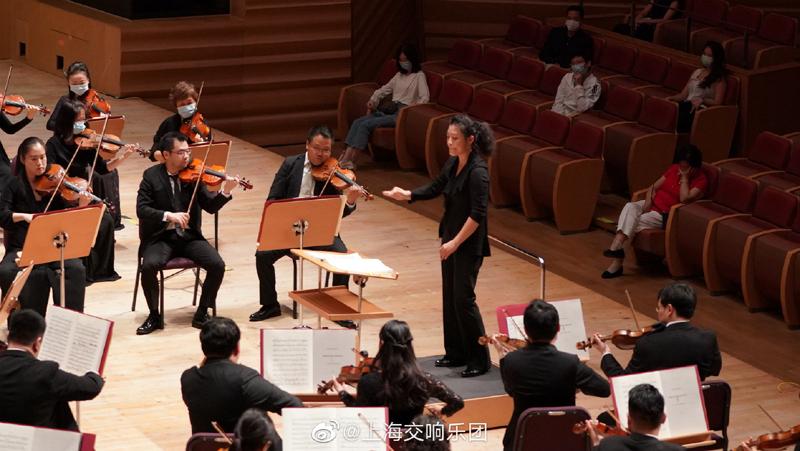 5月23日,上海交响笑团自疫情后最重大的一次演出阵容。指挥家张洁敏演绎巴托克和皮亚佐拉。图/上海交响笑团官方微信号
