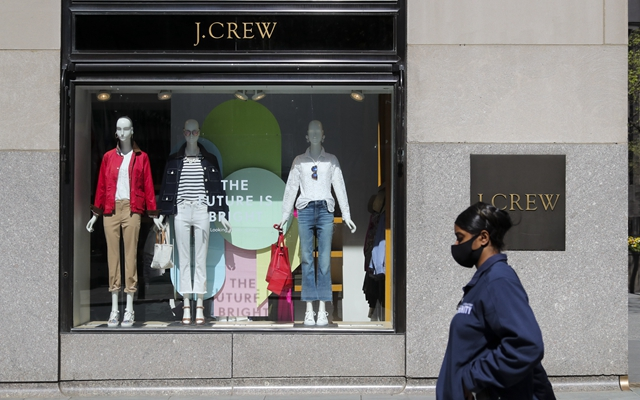 5月4日,别名走人从位于美国纽约洛克菲勒中央的一家J.Crew实体店前经过。新华社发