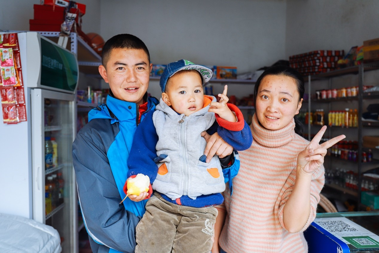 (四川金川县网点营业员廖伟和妻子一首,在当地开了一家快递超市,在中通平台上实现从就业到创业)