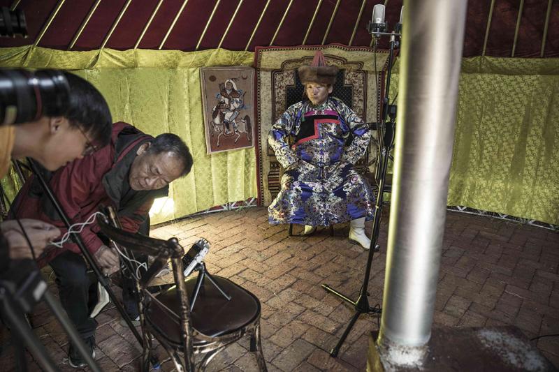 2019年,音乐学泰斗乔建中教授(中)带领中国音乐地理项目团队前往内蒙古自治区采录民间音乐。   摄影记者/王晓东