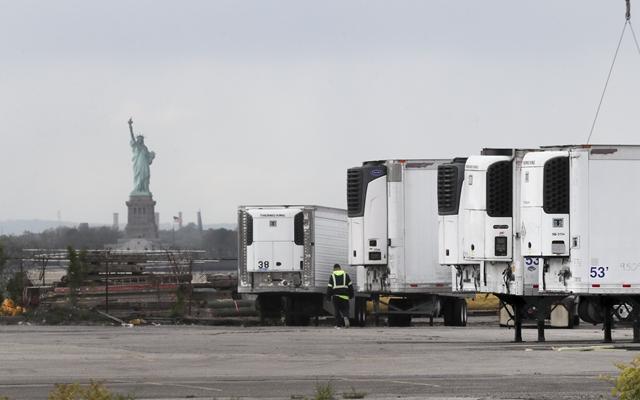 5月11日,冷藏车停放在美国纽约布鲁克林一处新开辟的一时停尸场所内。新华社发