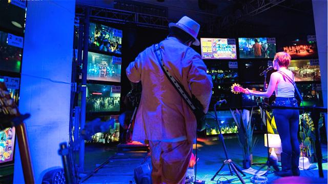 通过33块屏幕,乐队可实时与Livehouse中的乐迷互动