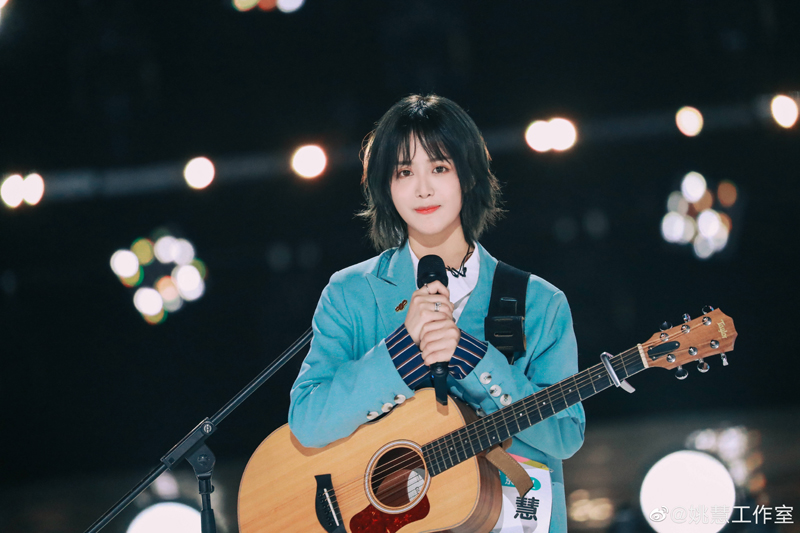 卓然影业签约的艺人姚慧曾经是斗鱼主播,之前还做过流浪歌手