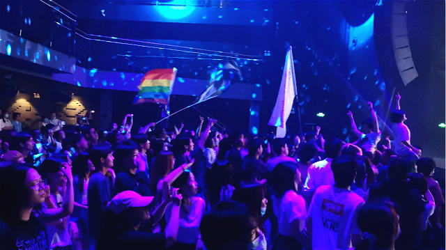 乐迷在Livehouse中通过大屏观看演出