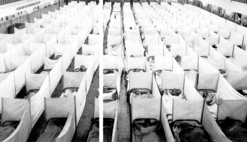军队指挥官尽力珍惜健康者。在旧金山的马雷岛,人们在营房内挂上床单,把人和人的呼吸隔脱离。