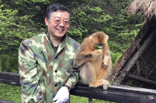 中国法学会环境资源法学研究会副会长、武汉大学环境法研究所所长秦天宝在考察野生动物保护。