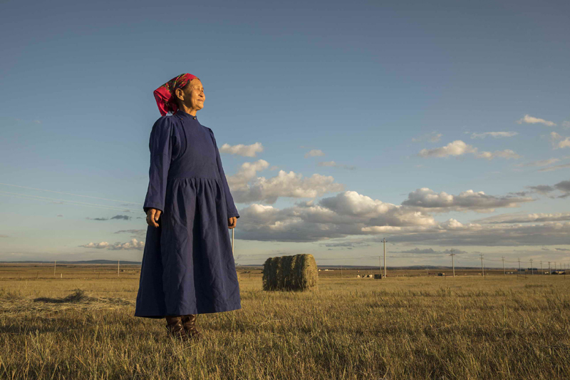 达丽玛从小放牧,跟着父亲学会了不少布里亚特人的民歌。这一蒙古人的分支如今在中国境内不足一万人,远少于俄罗斯和蒙古。   摄影记者/王晓东