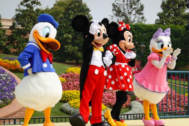在樂園正式開園之前,一場特別的慶祝儀式在換上春季新裝的「花樣米妮」花壇前舉行。