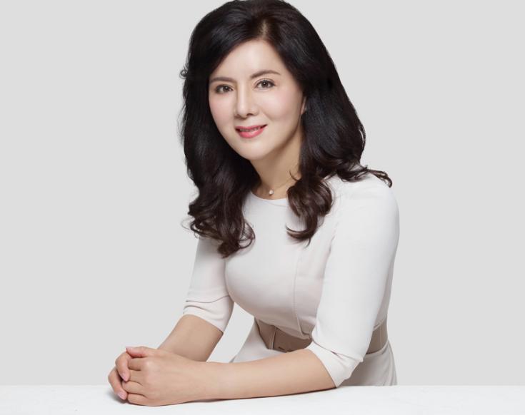 樊文花女士  樊文花品牌创首人  全国工商联美容化妆品业商会面部护理专科委员会主任