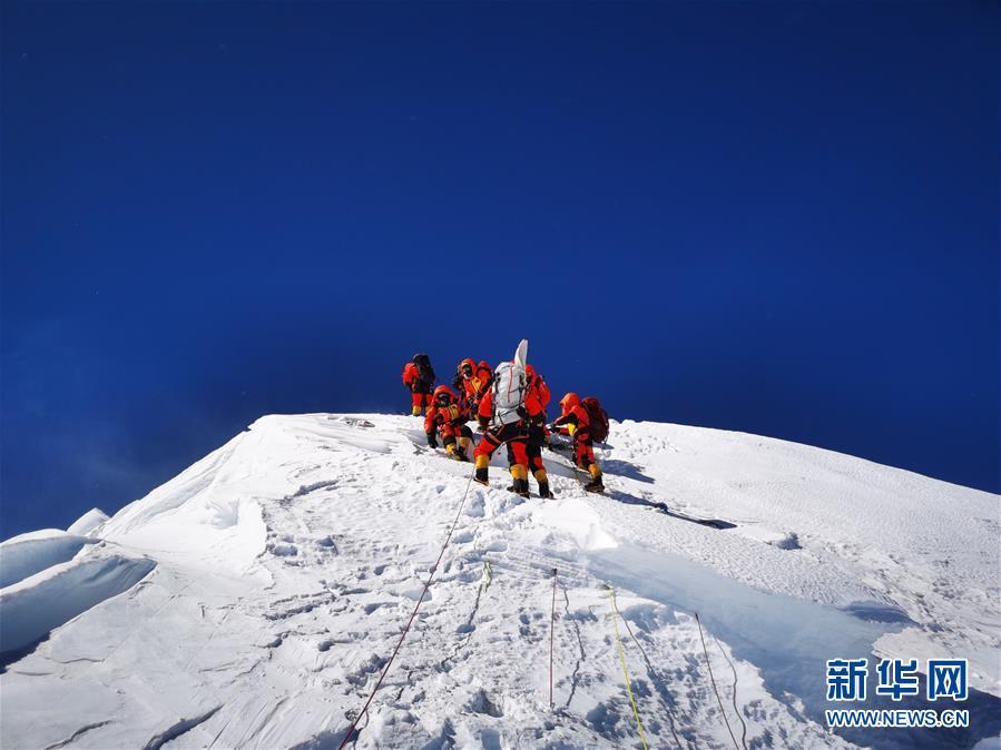 5月27日,2020珠峰高程测量登山队成功登顶。新华社特约记者 边巴 摄
