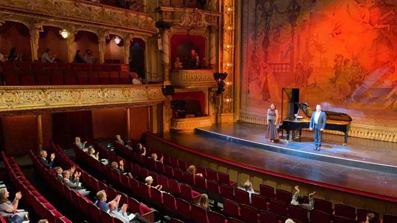 5月23日,德国威斯巴登歌剧院重新盛开,现场防疫措施厉肃。