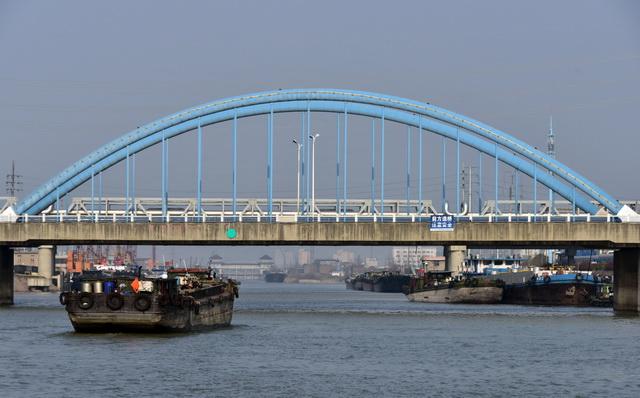 长江上繁忙的航运。摄影/章轲