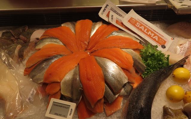 超市中销售的三文鱼切片。摄影/钱小岩