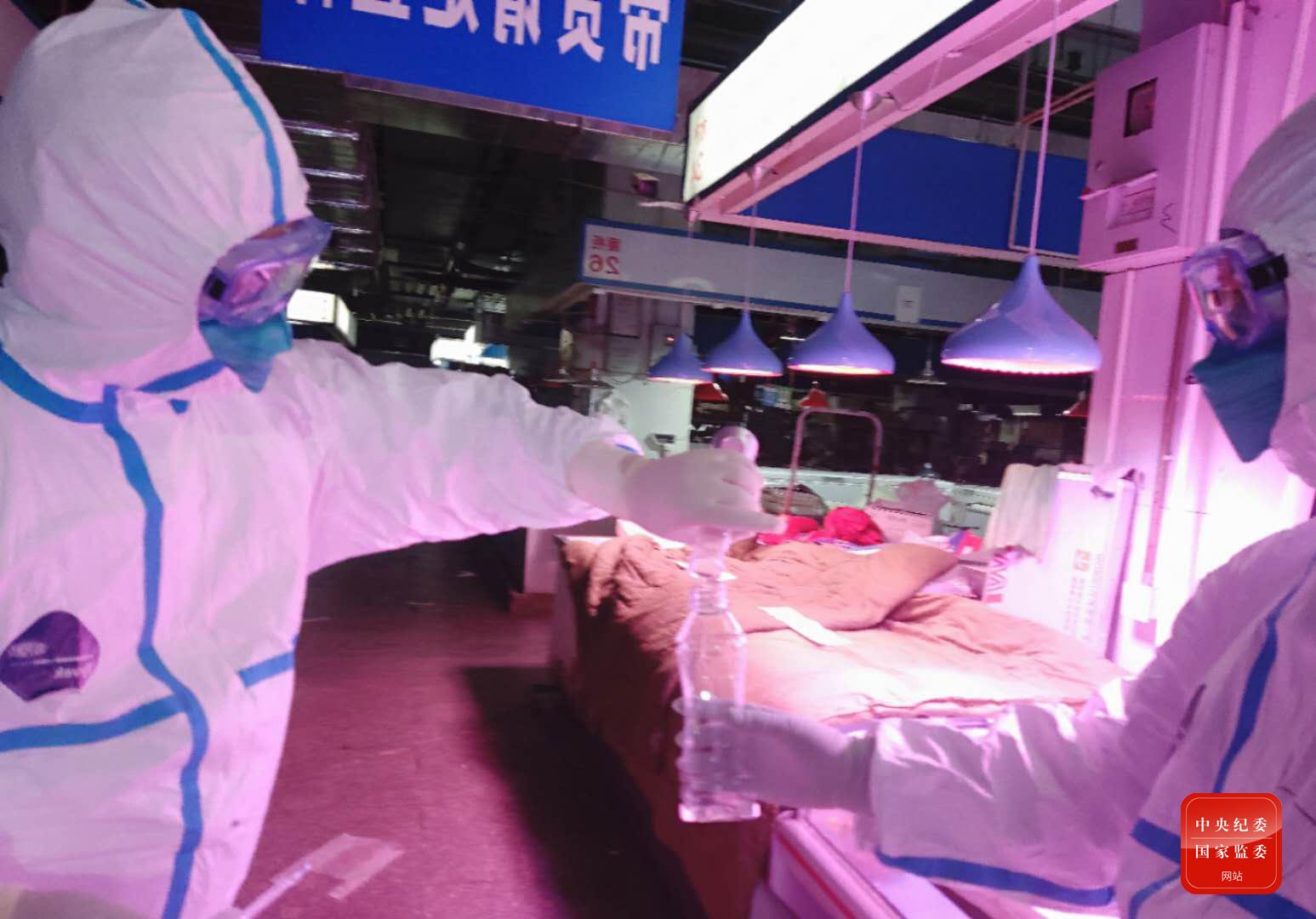 6月17日23时28分,中国疾控中心病毒病所溯源专家组成员在新发地农产品批发市场内采集样本。疫情发生以来,这是病毒病所第三次进入新发地农产品批发市场开展病毒溯源工作。