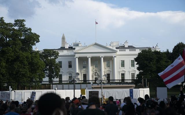 """6月19日,人们在美国首都华盛顿白宫附近参加集会游行。这一天是美国的""""六月节"""",又称自由日或解放日,被认为是标志美国奴隶制终结的日子。新华社发"""