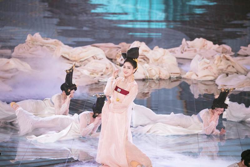 佟丽娅柔媚演绎《芒栽》