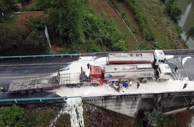 2020年5月17日,贵毕公路黔西县境内驮煤河大桥路段发生汽车追尾事故,一辆从贵阳驶向黔西满载25吨汽油的槽车被一辆挂车追尾,罐体发生泄漏。