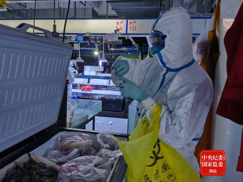 6月14日20时44分,中国疾控中心病毒病所溯源行家构成员在新发地农产品批发市场内采集冷冻海鲜样本。