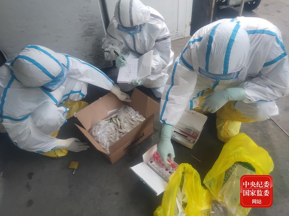 6月15日18时45分,中国疾控中心病毒病所溯源行家构成员在新发地农产品批发市场内采集冷冻海鲜样本,记录样本信息。(图片均为受访者挑供)
