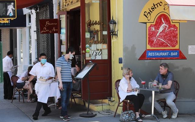 6月22日,人们在美国纽约一家餐厅的户外餐区就餐。新华社发