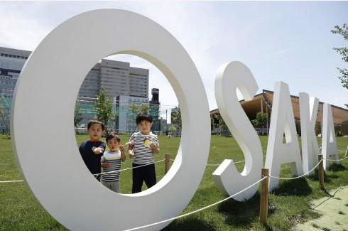 """根据日本政府的计划,将在7月末之前分阶段放宽""""呼吁民众保持克制减少外出""""的限制,尽快重启经济和恢复正常生活。"""