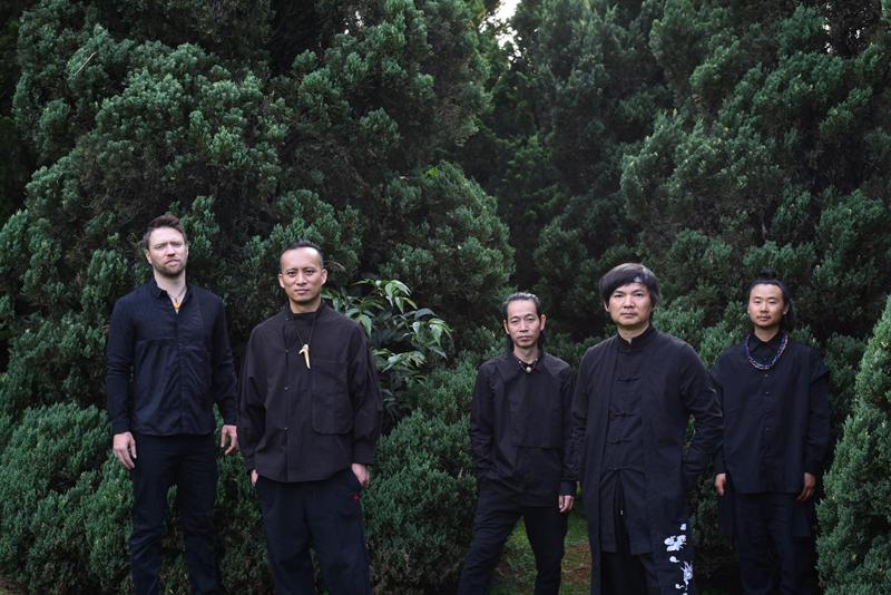 组建20多年的山人笑队将云南幼批民族音笑与摇滚融相符